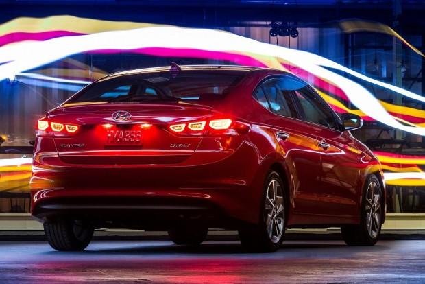 Hyundai Elantra: nocsak, ez az autó (legalábbis valami hasonló, azonos névvel) nálunk is kapható. A koreai szedán felső kategóriás szolgáltatásokat (pl. dugókövetés automatikus kormányzással) kínál, méghozzá sokat, ráadásul tömegpiaci áron. A Hyundai a Top 10-es lista ár/érték bajnoka.