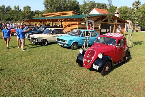 Előtérben egy Fiat Topolino, balra tőle Golf I, BMW 02, Volvo PV544