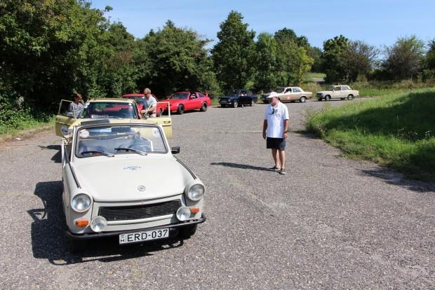 Egy kis sorban állás a parkolási gyakorlatnál. Trabant Tramp, állólámpás Merci, Ford Taunus, Nissan 300ZX, Fiat 850, 123-as Merci, Audi 80, Volán Taxi kivitelű Lada