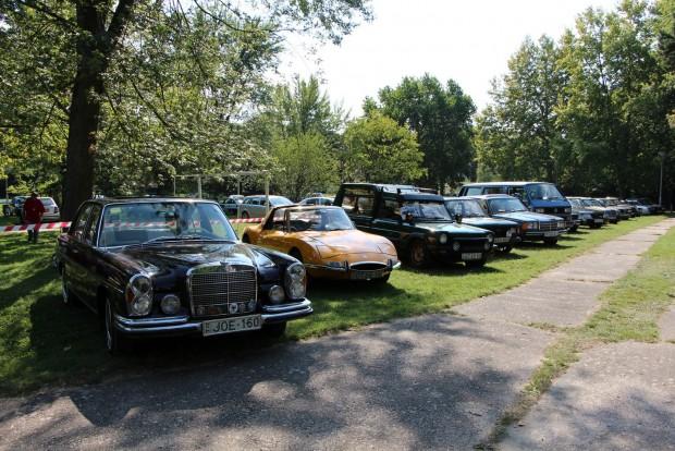 Újra itt a W108-as Merci, utána két Matra, Fiat 128, Mercedes 123, VW T2, majd újra Mercik és egy E 21-es BMW