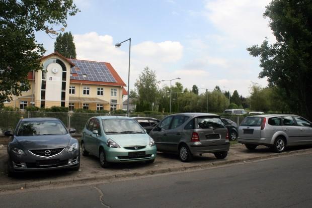 Külföldről érkezett, forgalomba helyezésre váró használt autók az NKH Vas Gereben utcai bázisa előtt. Sok autót azelőtt meghirdetnek itthon, hogy behozták volna őket