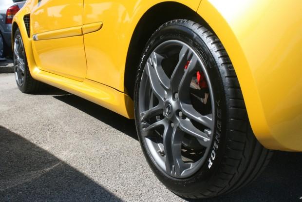 Sokat számít, milyen gumik vannak az autón. A féktárcsák és a futóműalkatrészek Cup-csomag nélkül is költségesek a használt Renault Clio RS-hez