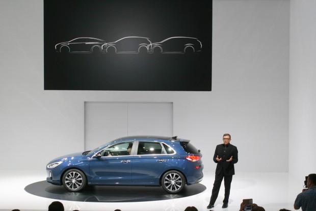 Modellcsalád lesz az i30. Középen az ötajtós, jobbra a leendő kombi, elöl a sportváltozat sziluettje. Itt Peter Schreyer beszél. A VW-konszerntől 10 éve elcsábított fődesigner irányítja a Kia és a Hyundai formanyelvének átalakítását. Látványosak az eredmények