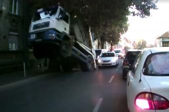 Parádés kamionbaleset Miskolcon