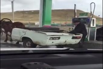 Amikor a Lada beállt a benzinkútra, megfagyott a levegő