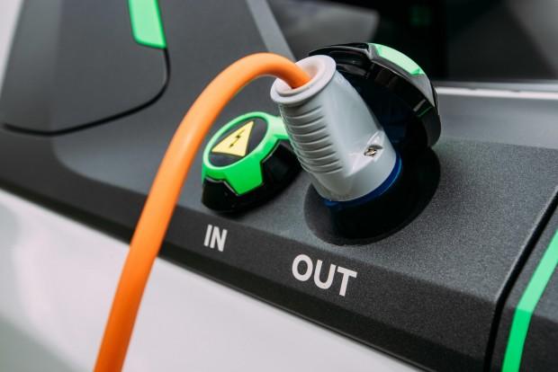 A plató olfalfalának peremén is vannak be- illetve kimeneti elektromos csatlakozók.