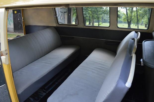 Egymásnak szembefordított üléseket építettek be, hogy nagyobb legyen a lábtér. Ajtó csak jobb oldalt van, viszont kétszárnyú és kifelé nyílik.