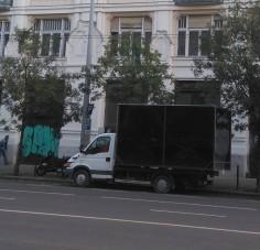 Furcsa teherautó járja Budapestet, a fekete dobozban szaftos dolgok történnek