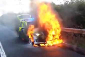 Pokoli lángok nyelték el a BMW rendőrkocsit