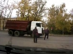Kamionnak szaladt részegen, videóra vették