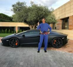 Sportautó előtt pózolt Ronaldo, a net szétszedte a fotót