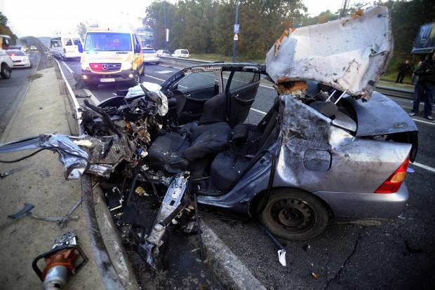 Budapest, 2016. október 23. Összetört személygépkocsi a Ferihegyi Repülőtérre vezető úton, ahol négy jármű ütközött 2016. október 23-án. A balesetben nyolcan megsérültek, egyikük életveszélyesen. MTI Fotó: Mihádák Zoltán