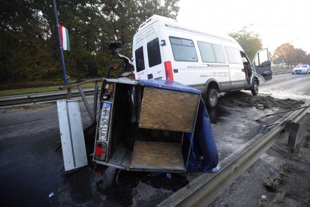 Budapest, 2016. október 23. Sérült mikrobusz és utánfutó a Ferihegyi Repülőtérre vezető úton, ahol négy jármű ütközött 2016. október 23-án. A balesetben nyolcan megsérültek, egyikük életveszélyesen. MTI Fotó: Mihádák Zoltán