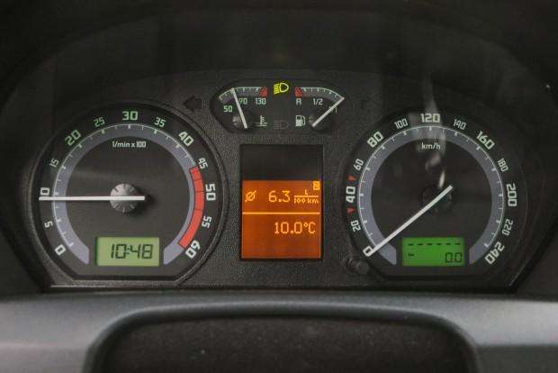 - - - - - - jelzi, hogy elárte az egymillió kilométert az autó. Az utolsó 5000 km átlaga 6,3 l/100 km a számítógép szerint