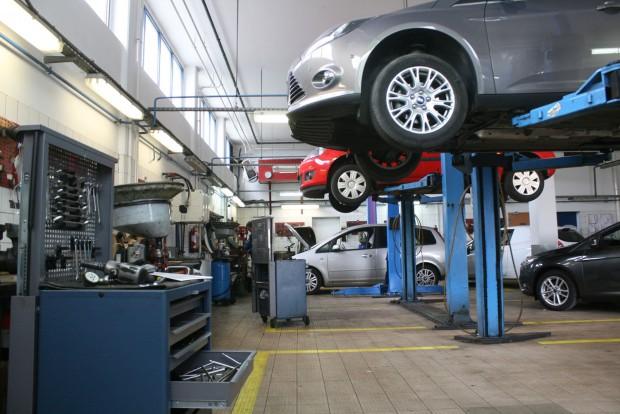 Az idősebb autók kedvezményes szervizelése nem azonos garanciális kor kötelező karbantartásaival. A mobilitásgaranciát és a védőszárny-szolgáltatást csak utóbbiak hosszabbítják meg