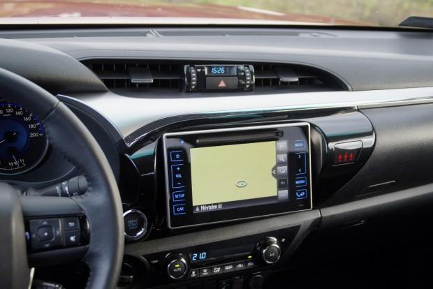 Az érintőképernyő alatt szerencsére megmaradt a klímakonzol,nem kell minduntalan menükben mászkálni, mint sok mode0nr autónál