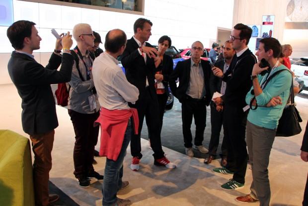 Laurens van den Acker a Renault holland formatervezési vezetője. Színes tornacsukájában épp a CXperience tanulményt dicséri a francia zsurnalisztáknak
