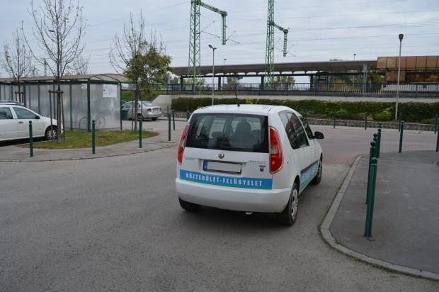 Békésen parkol a Budafoki Közterület-felügyelet Škoda Roomsterje. Jobbra tőle egyébként garázs kijárók vannak, tehát a sofőr azért figyelt arra, hogy a munkaadóval ne akasszon bajszot.