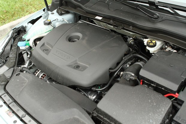 A műanyag alatt nem túl dekoratív a kétliteres, turbós benzinmotor