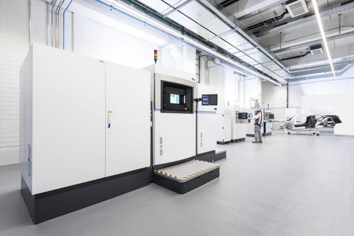 A közelebbi gép a világ legnagyobb 3D metál-nyomtatója, 44 centis dolgokat képes előállítani