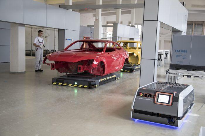 Robotok viszik a készülő autót, robotok hordják az alkatrészeker