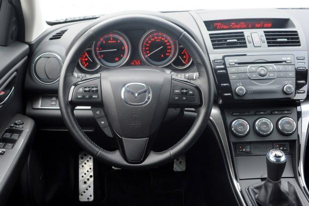 Helyenként bumfordi megoldások és egyszerű anyagok rontják a minőségérzetet a Mazda6-ban, de a belső tér tartós