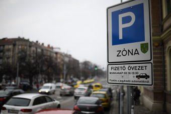 Negyedórás ingyenes parkolás jöhet Budapesten