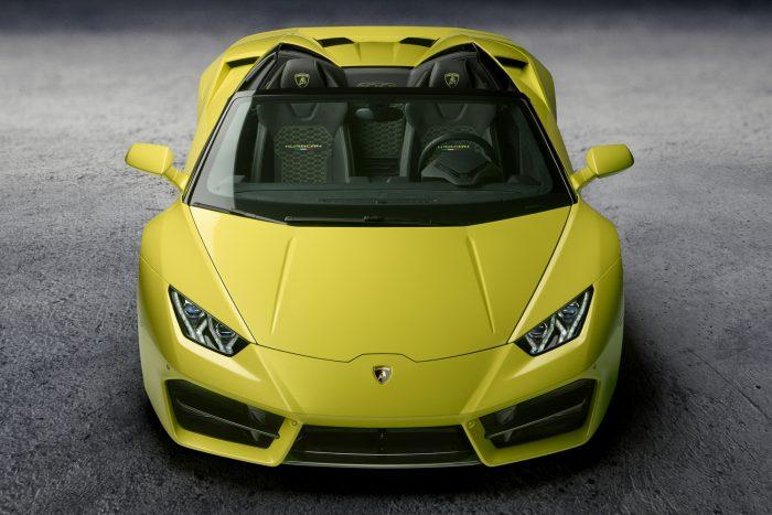 A hátsókerekes Huracánhoz kifejlesztett Pirelli PZero abroncsok megmaradtak, viszont új az autó orrkialakítása, a nagyméretű légbeömlők segítenek az aszfalton tartani az első kerekeket, ami már csak azért is fontos, mert a másfél tonnás tömeg 60 százaléka a hátsó kerekeket terheli.