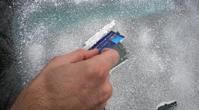 Végszükség esetén jól jön egy pénztárcából előkapart felesleges plasztikkártya, de hosszú távon nem tesz jó a szélvédő egészségének