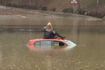 A bátor szőke nő belehajtott az árvízbe