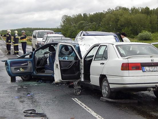 Kóny, 2014. május 29. Baleset helyszíne a 85-ös úton Kóny és Bágyogszovát között 2014. május 29-én, ahol délelõtt négy autó és egy motorkerékpár ütközött össze. A balestben négy személy megsérült, köztük egy 10 és egy 21 éves lány életveszélyesen, õket a mentõk a gyõri kórházba vitték. MTI Fotó: Krizsán Csaba