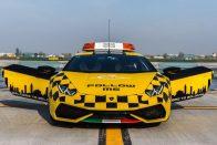 Lamborghini Huracán után mennek a repülők a bolognai reptéren 3
