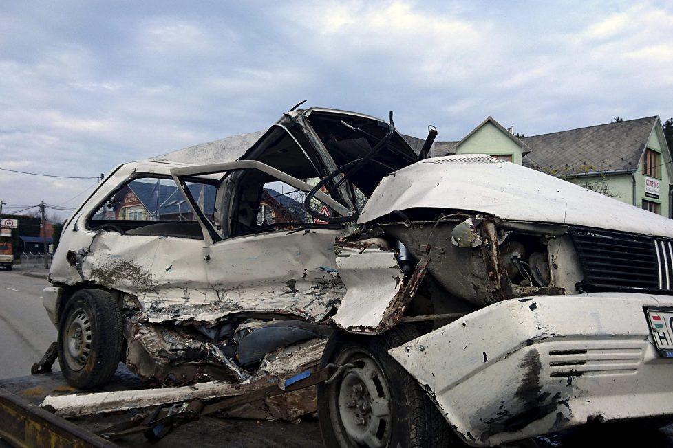 Érd, 2016. november 20. Ütközésben összetört személygépkocsi 2016. november 20-án Érd belterületén. A balesetben egy utas életét vesztette. MTI Fotó: Mihádák Zoltán