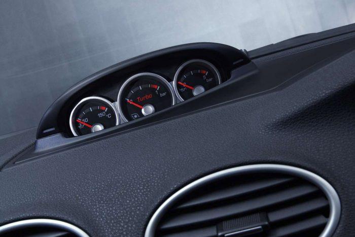 Jók a kiegészítő műszerek, a töltőnyomás maximum 0,65 bar - kivéve a tuningolt autókat