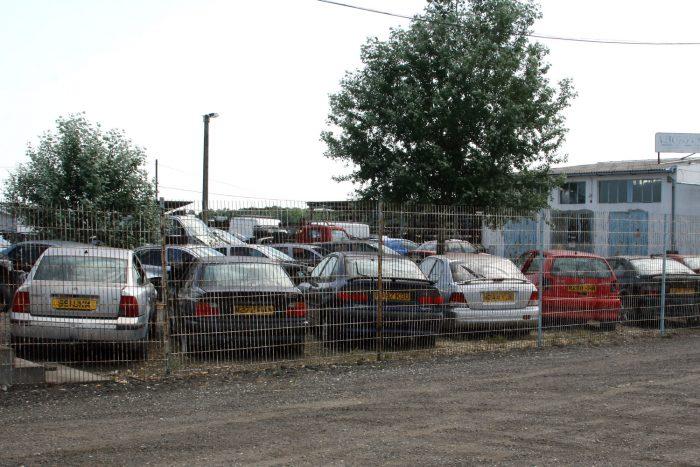 Bontásra behozott brit autók a 4-es út mellett. Csak legalális bontóban érdemes vásárolni, ahol a roncsok ártalmatlanítása megoldott
