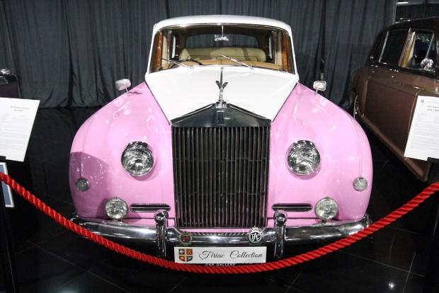 Csinos rózsaszín Rolls egyenesen Elton John feneke alól