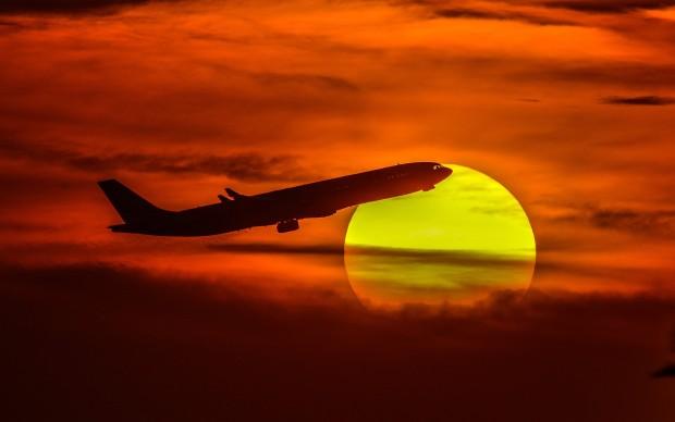 Farwaniya, 2016. november 19. A Kuvaiti Nemzetközi Repülõtérrõl felszállt személyszállító repülõgép a lenyugvó napkorong elõtt a Kuvaitváros mellett fekvõ Farwaniya felett 2016. november 19-én. (MTI/EPA/Raed Kutena)