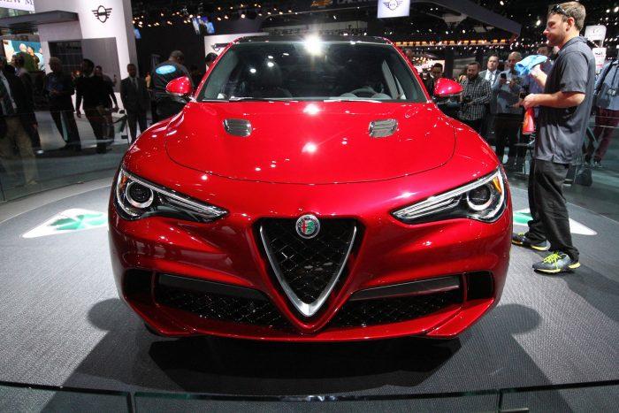 A Stelvio nagy jelentőségű modell az olasz márka életében, hiszen elengedhetetlen ahhoz, hogy az Alfa Romeo újra talpra állhasson, ehhez pedig a ma leginkább népszerű kategóriába szálltak be az újdonsággal.