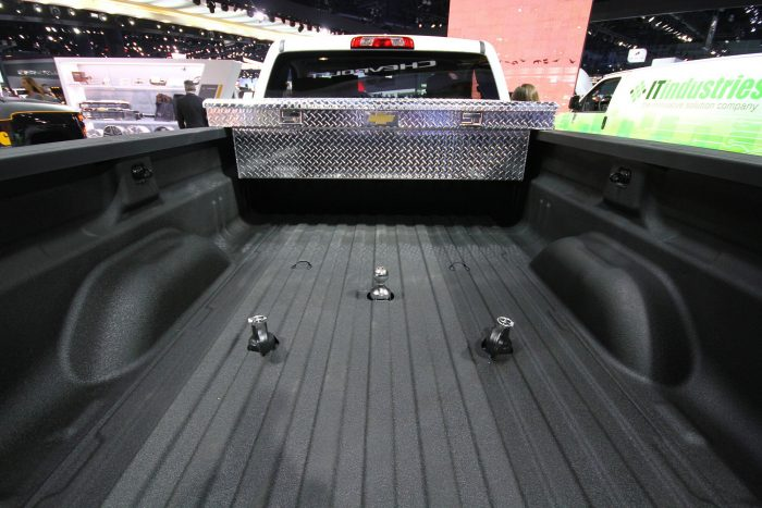 Kvázi vontatóként is lehet használni a pickupot. Középen a teherviselő szem, mellette a leláncolási pontok
