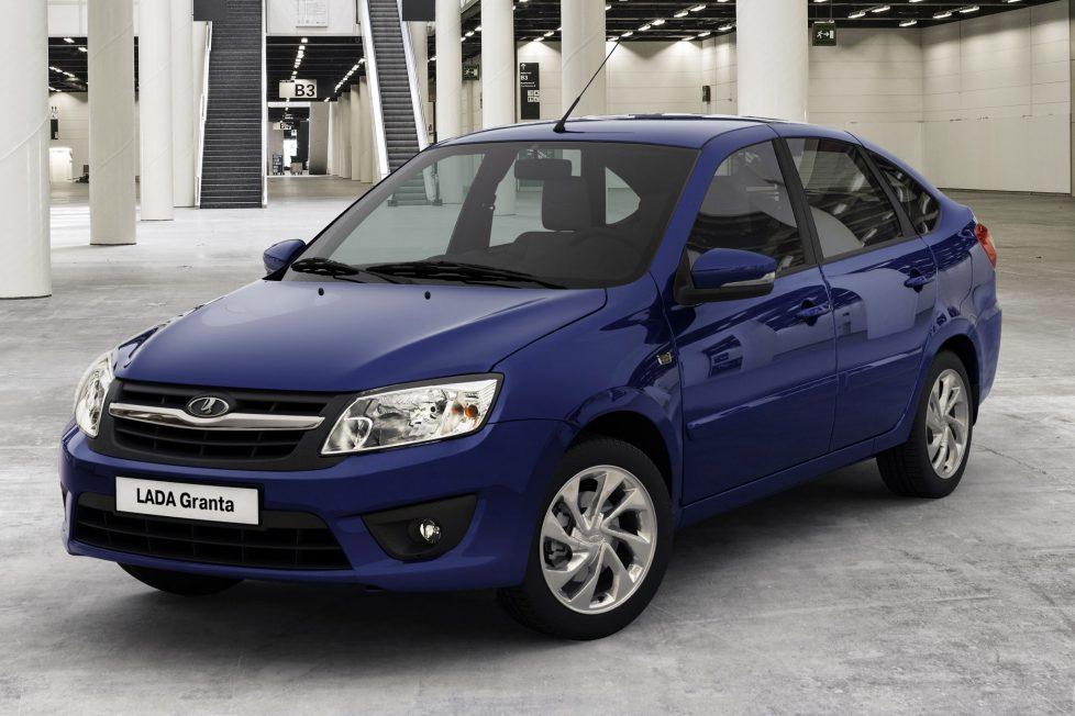 Lada Granta - 1 999 000 forint. A Dacia Logan után ez a második legolcsóbb új autó. Ráadásul igen bőséges a felszereltsége, kellően tágas, nagy a csomagtere, jól sikerült a motorja, ami elégedetté teheti azokat a vásárlókat, akik koros használt kocsikból ülnek át és nem követik, valójában hol tart ma az autóipar. Igazából a Granta 1,6 Standard ebben az alapverzióban a leginkább versenyképes a majdnem kopasz Logannal.