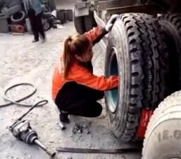 Ha kíváncsi vagy, hogy hogyan cserél kamionon kereket egy kínai nő, akkor ez itt a te videód!