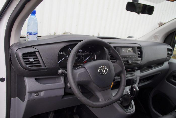 A műszerfal is teljesen Peugeot, az emblémát leszámítva