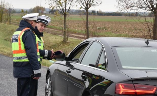Visszatérve a korábban félreállított Audihoz: -Uram, van egy kis gond a vezetői engedélyével... Lejárt... (A sofőr figyelmeztetéssel megúszta.)