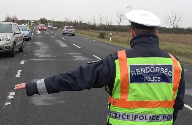 A Suzuki majdnem megállt az úton, a rendőr ezért egyértelműen mutatta, hogy közelebb kell jönnie és félre kell állnia.