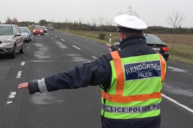 A Suzuki vezetője szinte leblokkolt, ezért a rendőr még erélyesebben mutatta, hogy közelebb kell jönni, majd félreállni. A Suzuki erre csigalassúsággal lehúzódott az út szélén álló autók mögé.