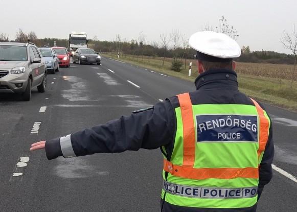 Miközben a Suzuki lassan megpróbált leparkolni az út szélén a mögötte érkező járművek vezetői pontosan értették, mit mutat a rendőr.