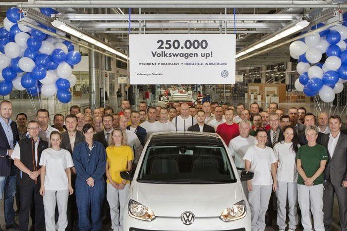 Amikor még volt ok az ünneplésre: a negyedmilliomodik UP-nak örülnek a pozsonyi gyár dolgozói