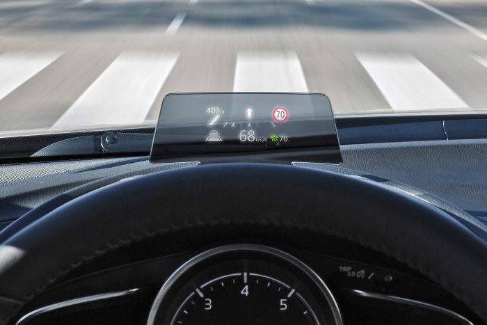 Színes képernyő mutatja a közlekedési táblákat