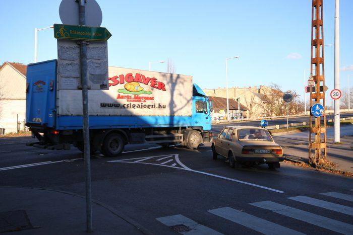 Kis ívben jobbra kanyarodás is izgalmas dolog a főútról lezubogó autók miatt