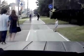 Nők és gyerekek közé hajtott a terepjáró